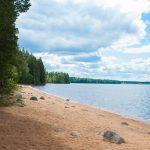Пляж озера в Карелии
