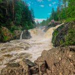 Полноводный водопад Кивач