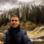 На фоне – водопад Кивач