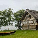 Дом и лодка на острове Кижи