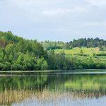 Панорама на озеро и холм