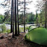 Палатка на берегу реки
